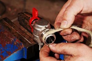 Reparatur des Wasserhahns mit Hanf
