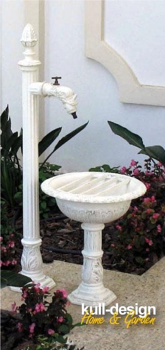 Kleiner Weißer Gartenbrunnen
