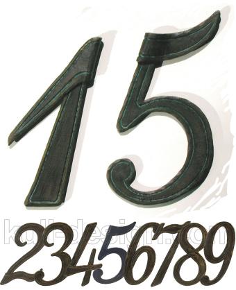 Geschmiedete Hausnummer als einzelne Ziffer mit plastischer Tiefenwirkung.