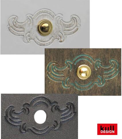 Zierornament eingraviert als Klingel-Lichttaster Rosette in einer Türsprechstelle.
