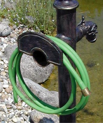 Gartenschlauch Halter an Brunnen