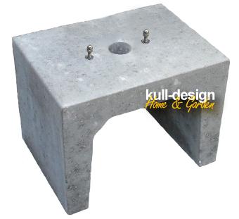 Beton U-Stein als Erdsockel für Brunnen mit Bohrungen und 2 Befestigungsschrauben zum eingraben.
