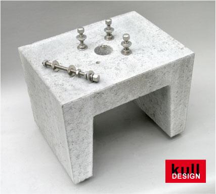 Beton U-Stein als Erdsockel für Brunnen mit Bohrungen und höhenverstellbare Befestigungsstangen.