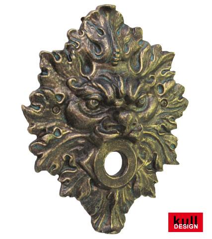 Mystische Fratze als Wandrosette für Gartenwasserhahn welcher aus dem Mund der Maske kommt. Maße: Breite 24 cm, Höhe 31 cm